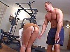 Triguena caliente con una cremallera bonito un golpe por el culo en la gimnasia