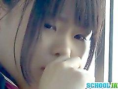 Teenager che su un autobus pubblico Pone viso in un giri di Bus Cavaliere