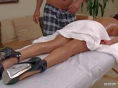 De MILF diamant Foxxx bénéficie massage du corps dans le nu