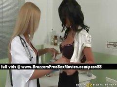 Docteur blonde plantureuse individuelle pour un pacient