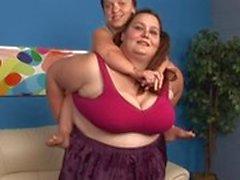 69s gordura Mulher morena com seu amigo anão