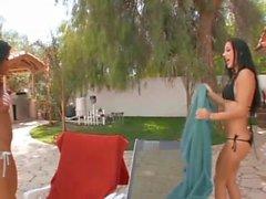 Cul rond Pool Party Kira Croft Christina Aguchi , Gros Seins Latines Menage à Trois brune Facial