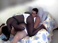 Black tyttö imee Valkoiset Kyrpä hänen polvilleen