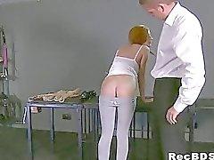 Bundet Redhead får svalg bankade förrän ansikte