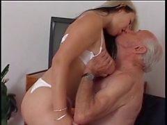 D'homme plus âgé baise infirmière de jeunes