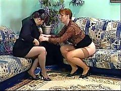 Mogen brunett slickar hennes vänner wet pussy