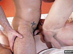 Tatuagem gay dupla penetração e creampie