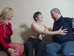 Er bekommt seinen ersten Dreier mit Freundin von seiner Alte
