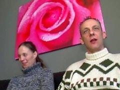 Gift par är banka med sin vän