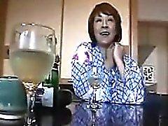femme au foyer asiatique Kinky aime sucer la viande dur et obtenir po