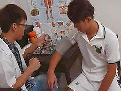 Porno Doktor Şirin Asyalı Boy ile Oral Sex etti