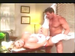 Kimberly a Kupps - Une infirmière forte poitrine