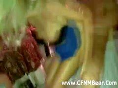 De CFNM décolleur putain de fille blonde et se faisant sucer