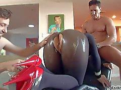 Estrella Porno asiático de Mika del moreno lleva dos gallos de
