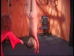 Chaude blonde en mamelon pinces devient torturés