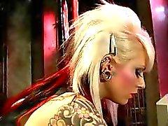 Hete blonde meesteres Lola gaat achter haar slaaf en misbruik hem