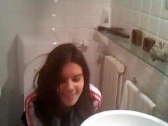 Lindo aficionado filmado orinando en el baño por el amigo