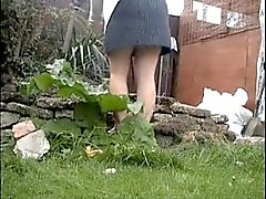 Spionerar min mor arbetar i trädgården . Hon gör inte ha trosa