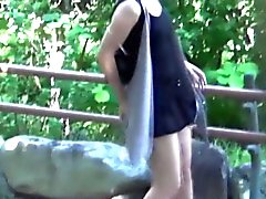 Asian Babes assistiam urinar