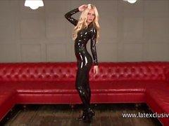 Sexy blonde Fetisch Babe Alessandras Latex Verschleiß und glänzend reiben