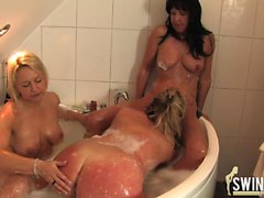 Threesome lesbo action in bethroom