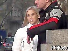 Dürre blonden Teen auf einem Bus gefickt