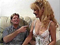 Sexig mogen blondin i underkläder blir knullade på en soffa