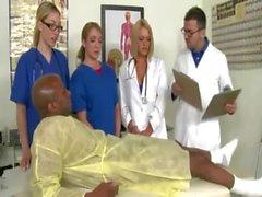 Infirmières corné tiraillements la bite pour cet type noir chance
