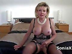 Sexy rijpe in lingerie wrijven clitoris
