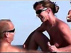 MILF ger en avsugning på stranden