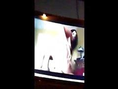 teen gringa se filma masturbandose viendo porno