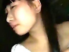 Adorável menina asiática com titties encantador leva uma carga quente em