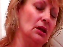 Oma reif Babe immer ihrer Pussy gefickt didlo