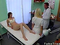 Arztes fickt seinen wilder Patienten auf das Bett