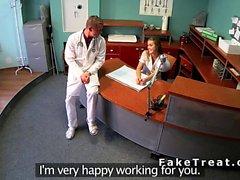 Infirmière et un médecin putain à l'accueil