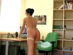 secretário impertinente a remoção lingerie e se masturbando em uma cadeira de escritório