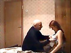 Yaşlı adam gizli kam üzerinde kızıl saçlı genç sikikleri