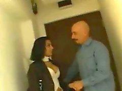 Sexy Brünette indischen Braut spricht mit einem Typen