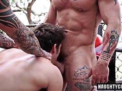 Tatuointi homo herruudesta kanssa cumshot