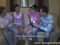 Ein paar Drinks und einigen girlfriends gespannt jugendlich Umdrehung