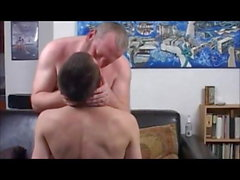 Junge und Mann auf schwarzem Sofa