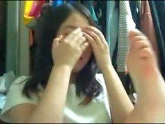 Chinesisches Mädchen saugt ihre eigenen Zehen