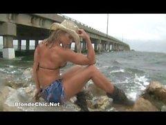 Bikini Bombshell Amy Bates.wmv