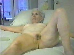 Gamla fru esposed naken för alla Internet voyeurs