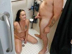 Gia Rose 'erste goldene Dusche!