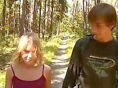 Silent små - titted flicka fucks i skogen