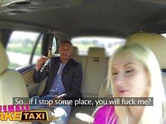 Kvinnlig Fake Taxi Italiensk turist fucks sexig busty blondin