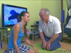 Söt tonåring Brud tar gammala nasty penis in henne klöv