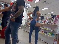 Gostosinha de jeans na loja