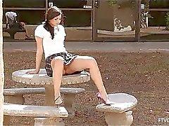Madeline lieve kleine amateur brunette speelde kut in het openbaar